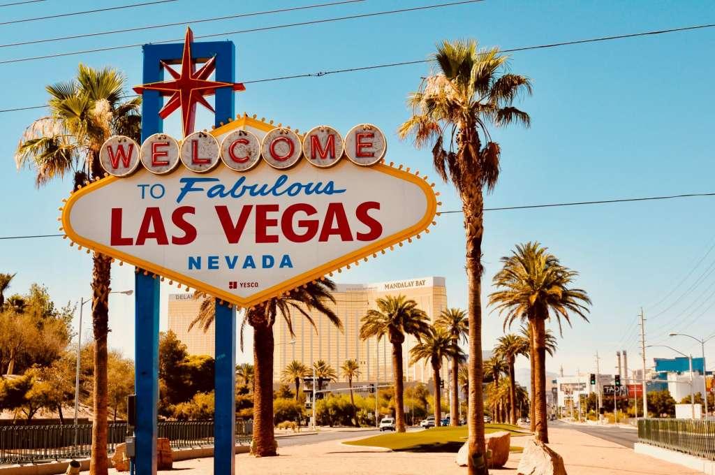 reasons-to-visit-las-vegas-sign